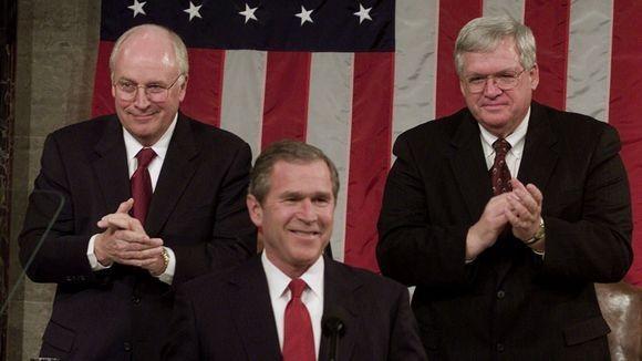 Tổng thống George W. Bush phát biểu lần đầu trước Quốc hội ngày 27-2-2001, phía sau là Phó Tổng thống Cheney và Chủ tịch Hạ viện Dennis Hastert. Ảnh: AP