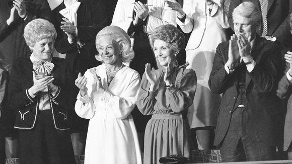 Đệ nhất phu nhân Nancy Reagan tham dự buổi phát biểu lần đầu trước Quốc hội của chồng là Tổng thống Ronald Reagan ngày 18-2-1981. Ảnh: AP