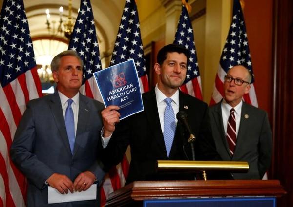 (Từ trái sang): Lãnh đạo phe đa số Cộng hòa tại Hạ viện Kevin McCarthy, Chủ tịch Hạ viện Paul Ryan, nghị sĩ Gerg Walden họp báo về dự luật bảo hiểm y tế mới tại Washington (Mỹ) ngày 7-3. Ảnh: REUTERS