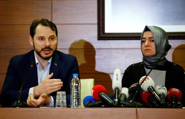Bộ trưởng Năng lượng Berat Albayrak và Bộ trưởng Gia đình và các vấn đề xã hội Fatma Betul Sayan Kaya của Thổ Nhĩ Kỳ họp báo tại sân bay quốc tế Ataturk ở Istanbul (Thổ Nhĩ Kỳ) ngày 12-3. Ảnh: REUTERS