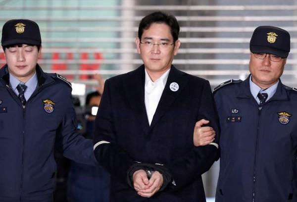 Phó Chủ tịch Samsung Group Lee Jay-yong đến văn phòng công tố đặc biệt ở Seoul ngày 19-2, hai ngày sau khi bị bắt giam. Ảnh: REUTERS