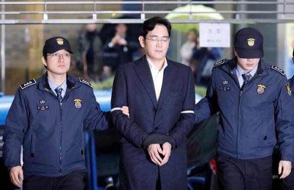 Phó Chủ tịch Samsung Group Lee Jay-yong đến văn phòng công tố đặc biệt ở Seoul ngày 22-2, năm ngày sau khi bị bắt giam. Ảnh: REUTERS