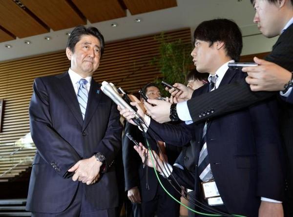 Thủ tướng Nhật Abe nói với báo chí tại Tokyo (Nhật) sau vụ phóng tên lửa ngày 5-1 của Triều Tiên. Ảnh: REUTERS