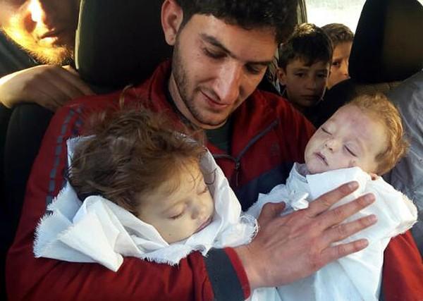 Anh Abdul-Hamid Alyousef cùng 2 con sinh đôi thiệt mạng trong vụ tấn công bằng vũ khí hóa học ở làng Khan Sheikhoun, tỉnh Idlib (Syria) ngày 4-4. Ảnh: AP