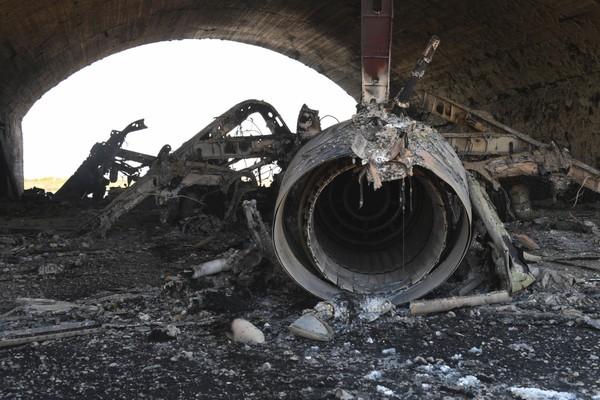 Một máy bay trong căn cứ không quân Shayrat của Syria bị tên lửa Tomahawk của Mỹ phá hủy. Ảnh: AP
