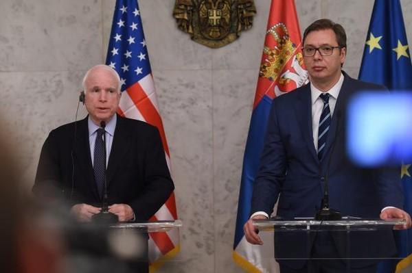 Nghị sĩ Mỹ John McCain (trái) họp báo cùng Thủ tướng, Tổng thống đắc cử Serbia Aleksandar Vucic ngày 10-4 tại Belgrade (Serbia). Ảnh: TANJUG