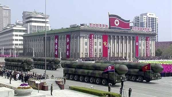 Triều Tiên đưa tên lửa vào lễ diễu binh. Ảnh: AP