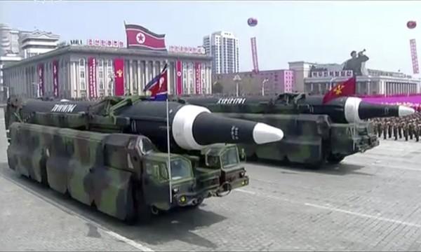 Tên lửa xuất hiện trong lễ diễu binh của Triều Tiên. Ảnh: AP