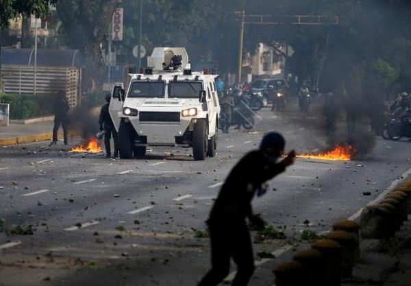 Người biểu tình xung đột với cảnh sát tại thủ đô Caracas (Venezuela) ngày 19-4. Ảnh: REUTERS