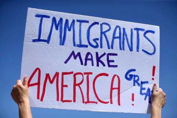 Biểu tình ủng hộ quyền nhập cư gần biên giới Mỹ với Mexico tại quận San Diego (California, Mỹ) ngày 21-4. Ảnh: REUTERS