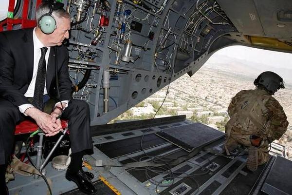 Bộ trưởng Quốc phòng Mỹ ngắm thủ đô Kabul (Afghanistan) từ trên máy bay ngày 24-4. Ảnh: REUTERS