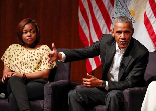 Ông Obama không hề đề cập đến người kế nhiệm Donald Trump khi tham dự một hội nghị với những người trẻ tại đại học Chicago, bang Illinois (Mỹ) ngày 24-4. Ảnh: REUTERS