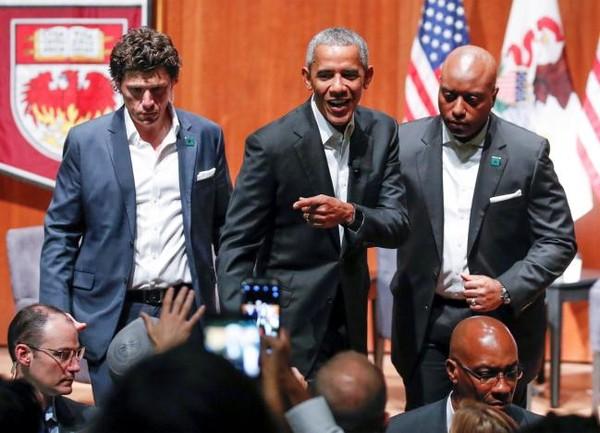 Cựu Tổng thống Obama (đứng, giữa) tại hội nghị với những người trẻ tại đại học Chicago, bang Illinois (Mỹ) ngày 24-4. Ảnh: REUTERS