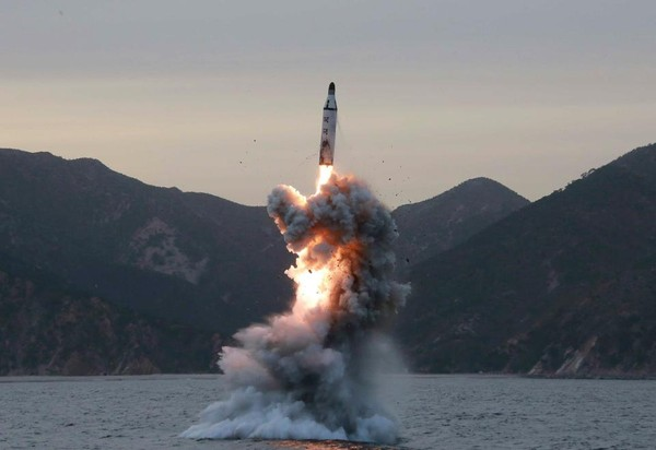 Một vụ phóng tên lửa từ tàu ngầm của Triều Tiên. Ảnh: EPA