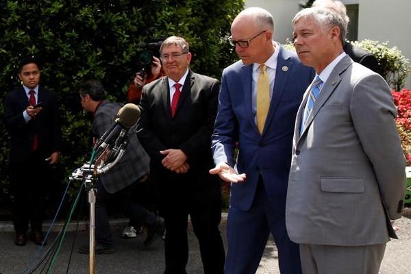 Các nghị sĩ Cộng hòa ôn hòa trao đổi với báo chí về dự luật thay thế Obamacare sau cuộc gặp với Tổng thống Trump tại Nhà Trắng ngày 3-5. Ảnh: REUTERS