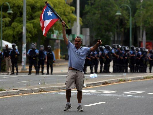 Biểu tình phản đối thắt lưng buộc bụng ở Puerto Rico ngày 1-5. Ảnh: EPA