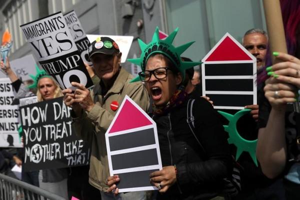 Biểu tình phản đối ông Trump gần bảo tàng biển Intrepid ở Manhattan, New York (Mỹ) ngày 4-5. Ảnh: REUTERS