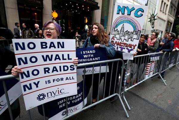 Biểu tình phản đối ông Trump ở Manhattan, New York (Mỹ) ngày 4-5. Ảnh: REUTERS