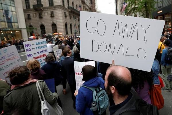 Biểu tình phản đối ông Trump gần cao ốc Trump Tower tại quận Manhattan, New York (Mỹ) ngày 4-5. Ảnh: REUTERS