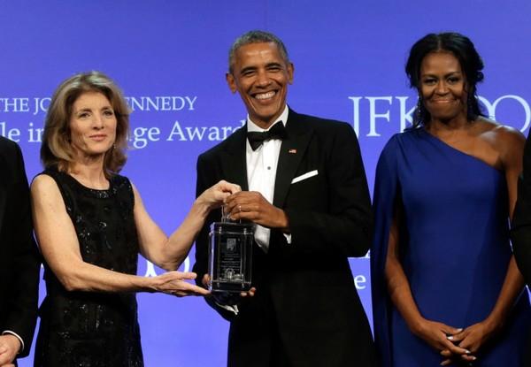 Cựu Tổng thống Obama cùng cựu Đệ nhất phu nhân Obama nhận giải thưởng Tấm gương dũng cảm 2017 từ cựu đại sứ Mỹ tại Nhật Caroline Kennedy (trái) tối 7-5. Ảnh: AP