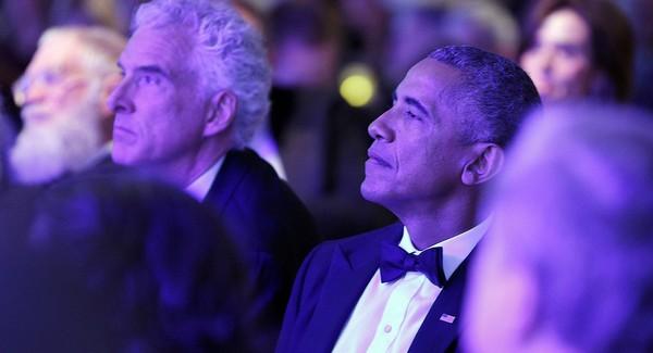 Cựu Tổng thống Obama nghe ca sĩ James Taylor biểu diễn tại buổi lễ trao giải Tấm gương Dũng cảm 2017. Ảnh: GETTY IMAGES