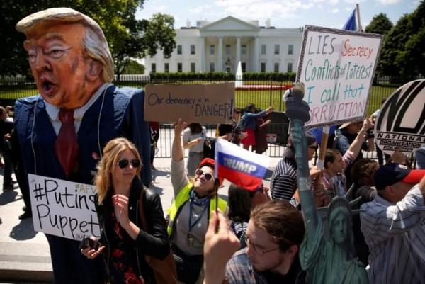Biểu tình bên ngoài Nhà Trắng ngày 10-5 phản đối ông Trump sa thải ông Comey. Ảnh: REUTERS