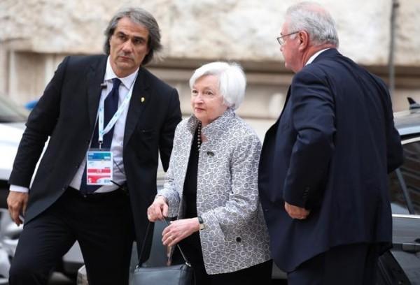 Chủ tịch Quỹ Dự trữ liên bang Mỹ Janet Yellen (giữa) đến TP Bari (Ý) ngày 11-5 để tham dự ội nghị G7. Ảnh: REUTERS