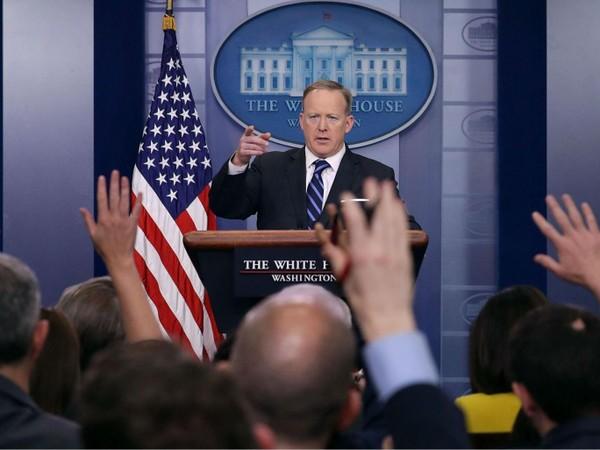 Người phát ngôn Nhà Trắng Sean Spicer trong một cuộc họp báo tại Nhà Trắng ngày 10-4. Ảnh: GETTY IMAGES