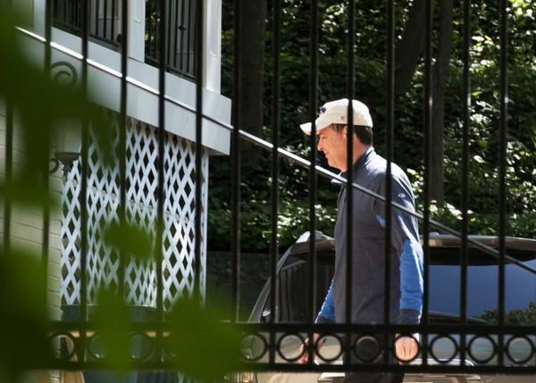 Cựu Giám đốc FBI James Comey bên ngoài nhà riêng ở TP McLean, bang Virginia (Mỹ) ngày 10-5. Ảnh: AP