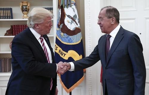 Tổng thống Mỹ Trump (trái) tiếp Ngoại trưởng Nga Lavrov tại Nhà Trắng ngày 10-5. Ảnh: TASS