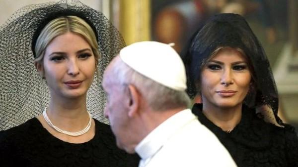 Đệ nhất phu nhân Melania Trump và cô Ivanka Trump mặc trang phục đen và trùm đầu khi gặp Giáo hoàng Francis ở Vatican Ảnh: EPA