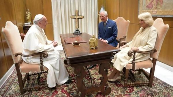 Công tước Camilla không mặc trang phục đen và trùm đầu khi gặp Giáo hoàng Francis ở Vativan tháng 4-2017. Ảnh: EPA