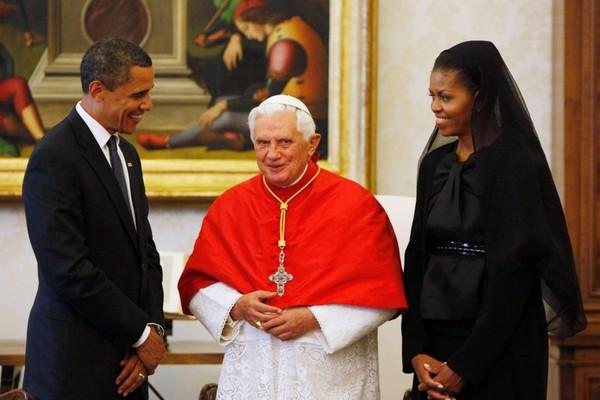 Đệ nhất phu nhân Michelle Obama mặc trang phục đen và trùm đầu khi sang Vatican gặp Giáo hoàng Benedict XVI năm 2009. Ảnh: BBC