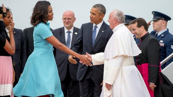 Đệ nhất phu nhân Michelle Obama không mặc trang phục đen và trùm đầu khi đón Giáo hoàng Francis sang thăm Mỹ năm 2015. Ảnh: HOLLYWOOD REPORTER