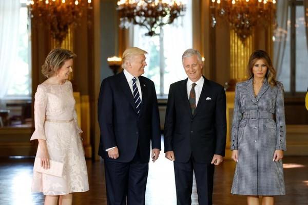 Tổng thống Mỹ Donald Trump (thứ hai bên trái) và Đệ nhất phu nhân Melania Trump (phải) được Vua Bỉ Philippe và Hoàng hậu Mathilde đón tiếp ngày 24-5. Ảnh: REUTERS