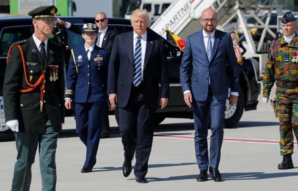 Tổng thống Mỹ Donald Trump (giữa, trái) được Thủ tướng Bỉ Charles Michel (giữa, phải) đón tại sân bay Brussels (Bỉ) ngày 24-5. Ảnh: REUTERS