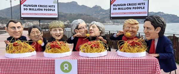 Biểu tình do tổ chức chống đói nghèo Oxfam tổ chức tại TP Taormina, vùng Silicy (Ý) ngày 25-5, trước hội nghị G7. Ảnh: AP