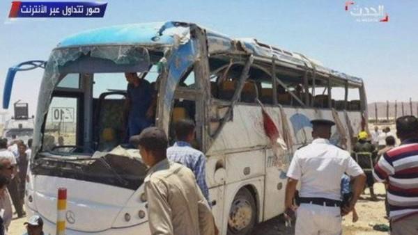 Một trong hai xe buýt bị tấn công. Ảnh: THE SUN