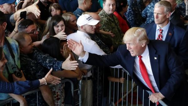 Tổng thống Trump gặp binh sĩ Mỹ tại căn cứ hải quân Sigonella ở Ý ngày 27-5. Ảnh: CNN