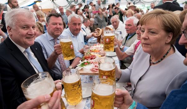 Bà Merkel (phải) trong một sự kiện uống bia ở Munich (Đức) ngày 28-5. Ảnh: GETTY IMAGES