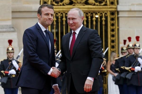 Tổng thống Pháp Macron đón Tổng thống Nga Putin trước Cung điện Versailles, ngày 29-5. Ảnh: AP