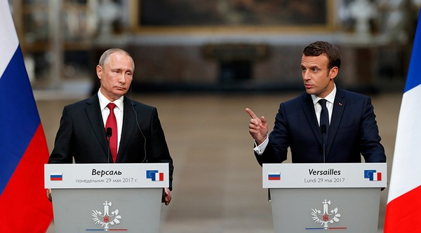 Tổng thống Pháp Macron (phải) và Tổng thống Nga Putin họp báo sau cuộc gặp tại Cung điện Versailles, ngày 29-5. Ảnh: AP