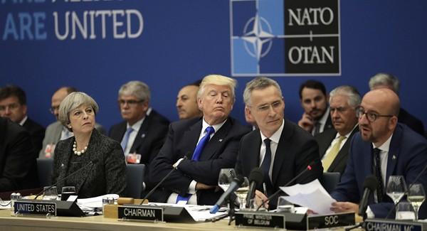 Tổng thống Mỹ Donald Trump (khoanh tay) tại hội nghị NATO ở Bỉ ngày 25-5. Ảnh: AP