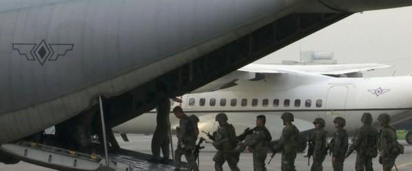 Lính thủy Philippines lên máy bay từ một căn cứ không quân ở Manila để về TP Marawi truy quét Hồi giáo cực đoan, ngày 1-6. Ảnh: AP