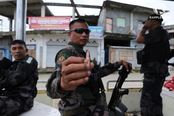 Cảnh sát Philippines trưng một viên đạn một tay súng bắn tỉa nhóm Maute bắn vào họ. Ảnh: RAPPLER