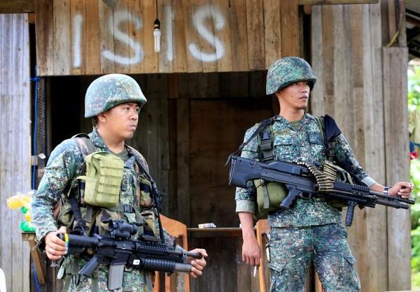 Binh sĩ Philippines tại TP Marawi ngày 2-6. Ảnh: REUTERS