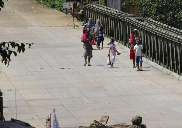 Dân thường sơ tán ở Marawi ngày 30-5. Ảnh: AP