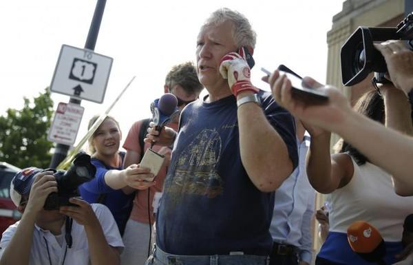 Nghị sĩ Mo Brook nói chuyện với truyền thông sau vụ xả súng. Ảnh: REUTERS
