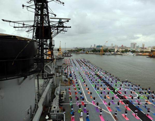 Lính hải quân Ấn Độ cùng tập yoga trên boong tàu sân bay INS Viraat không còn hoạt động ở Mumbai (Ấn Độ) ngày 21-6. Ảnh: REUTERS