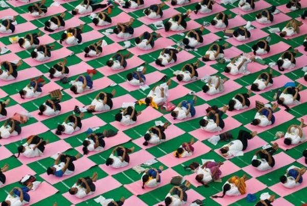 Dân Ấn Độ tập yoga tập thể ngoài trời nhân Ngày Yoga Quốc tế ở TP Chandigarh (Ấn Độ) ngày 21-6. Ảnh: REUTERS